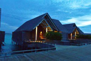 モルディブらしい茅葺き屋根のコテージ