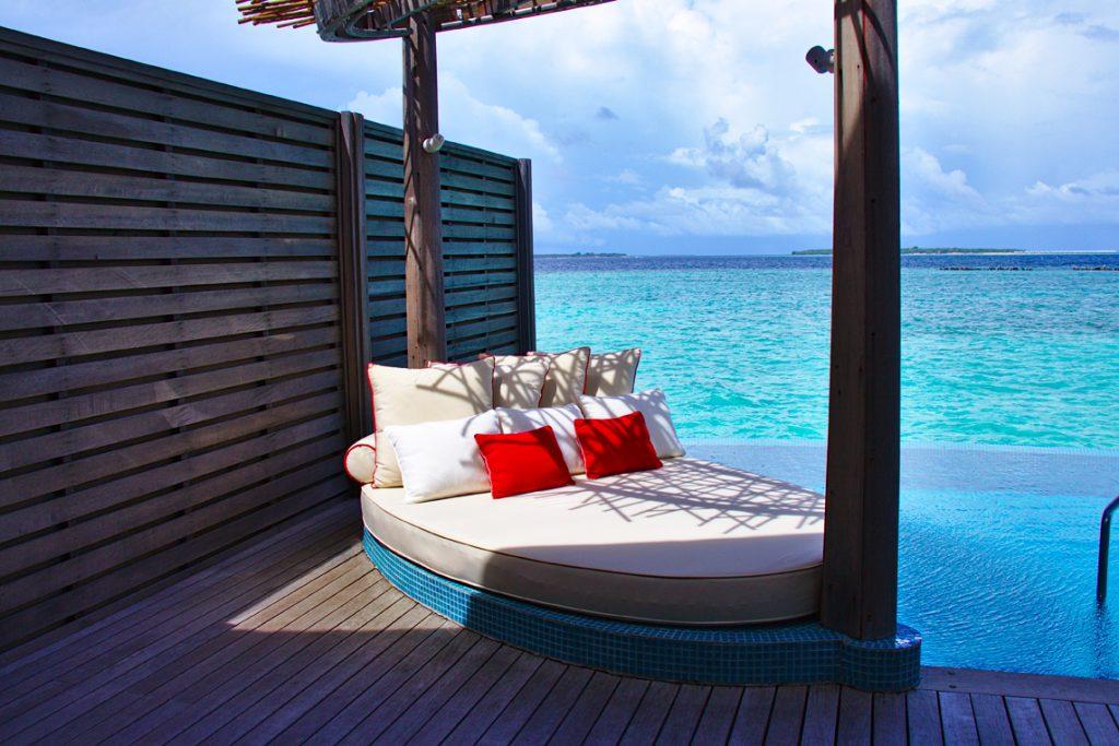 プールサイドのベッド