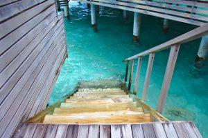 海に降りる階段