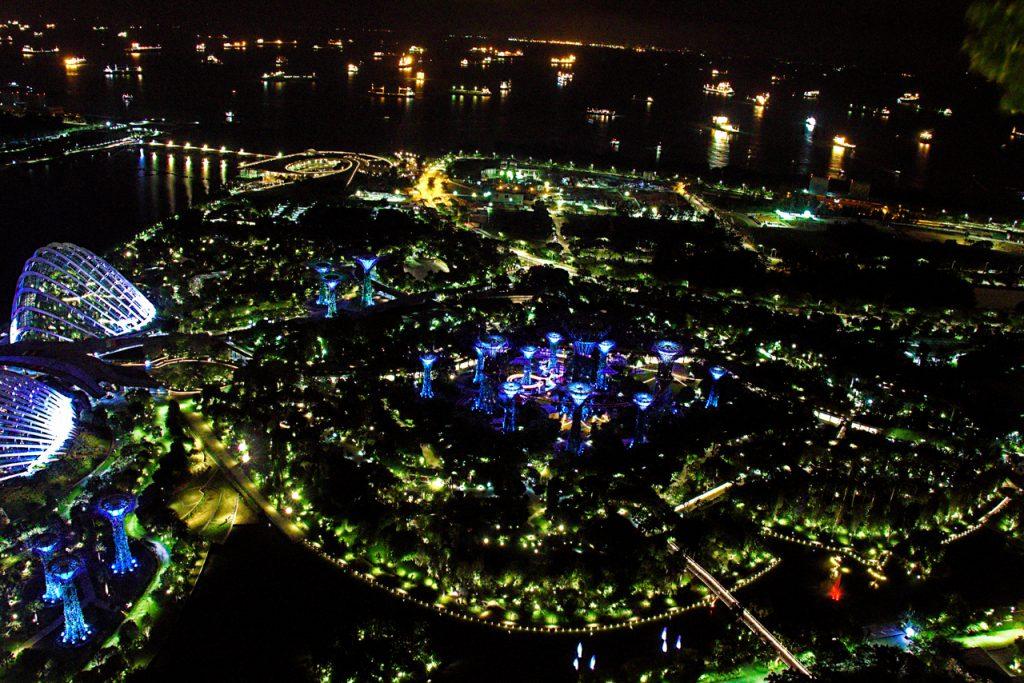 夜のマリーナ・ベイ・サンズから眺めたガーデンズ・バイ・ザ・ベイ